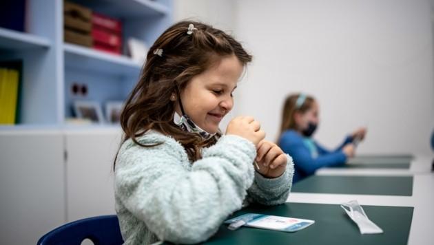 Wöchentlich wird bereits in den NÖ-Schulen, bald dann auch in den Teststationen in der Nase gebohrt (Bild: Imre Antal)