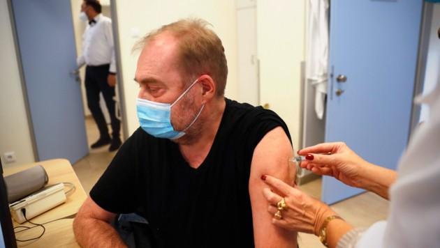 Ein Mann erhält in Budapest eine Impfung mit dem chinesischen Wirkstoff Sinopharm. (Bild: The Associated Press)