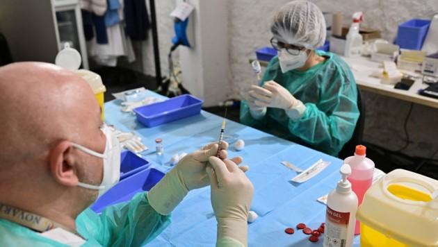 Medizinisches Personal bei der Vorbereitung von Corona-Impfungen in Italien (Bild: APA/AFP/MIGUEL MEDINA)