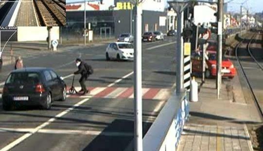 Diese Aufnahme zeigt den Moment vor dem Unfall: Gesucht wird jetzt der Lenker dieses schwarzen VW Golf (links unten). (Bild: LPD NÖ)