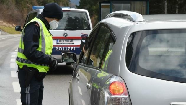 Auf der Bundesstraße zwischen Wiesing (Bezirk Schwaz) und Münster (Bezirk Kufstein) wurden gestern Mittag speziell Autos mit Schwazer Nummerntafel unter die Lupe genommen. (Bild: ZOOM.TIROL)
