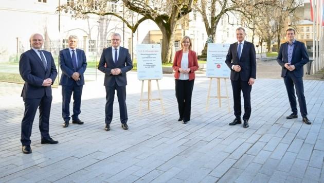 Strahlende Gesichter: Hein, Mahr (FPÖ), Luger (SPÖ), Ministerin Gewessler (Grüne), LH Stelzer (ÖVP), LR Kaineder (Grüne). (Bild: Alexander Schwarzl)