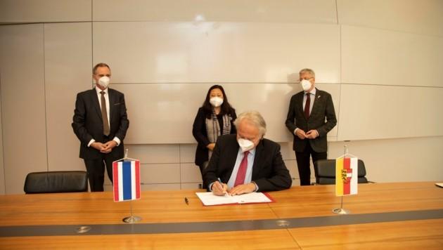 Vize-Rektor J. Brummer unterzeichnet die Absichtserklärung (Bild: ©LPD/Peter Just.)