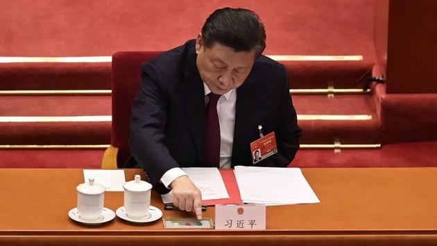 Der chinesische Präsident Xi Jinping stimmt beim Volkskongress für eine weitere Beschneidung der Demokratie in Hongkong. (Bild: APA/AFP/NICOLAS ASFOURI)