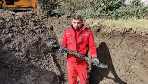 Arnold Weinberger mit einer der gefundenen Panzerfäuste (Bild: EOD Munitionsbergung)