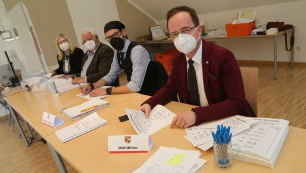 Auch die Wahlbeisitzer müssen heute wieder FFP2-Masken tragen und den Mindestabstand einhalten – so wie hier in Keutschach, wo heute ebenfalls noch einmal gewählt wird. Anders als am Vorwahltag sind am Stichwahltag sämtliche Wahllokale eines Sprengels geöffnet. (Bild: Rojsek-Wiedergut Uta)