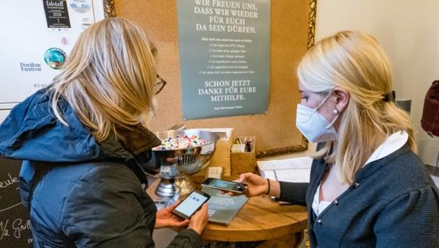 Kontrolle von Corona-Tests in einem Restaurant in Bregenz (Bild: APA/DIETMAR STIPLOVSEK)