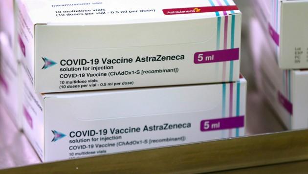 Mit dem Fund wird der Verdacht laut, dass der Pharmakonzern der EU Impfstoffe vorenthalten haben könnte. (Bild: AP)
