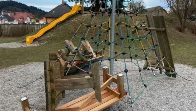 So sah der Spielplatz nach der Zerstörungswut unbekannter Rowdys aus. (Bild: Landjugend Dunkelsteinerwald)