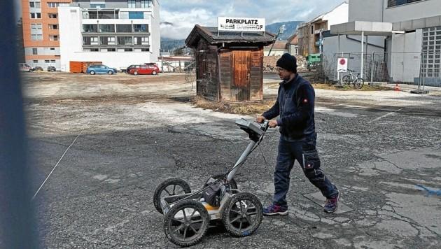 Mit Spezialgeräten wird die gesamte Baustelle in Villach abgesucht (Bild: Fister Katrin)