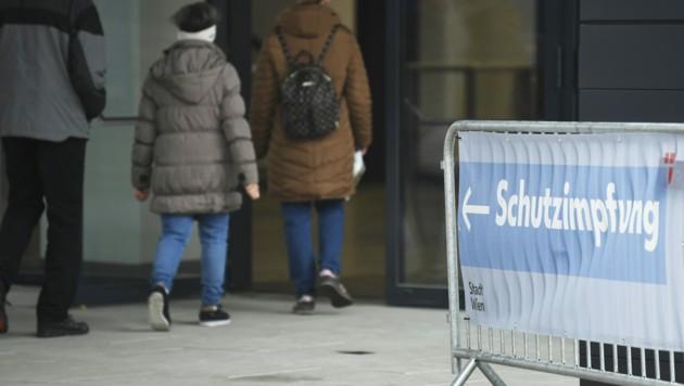 Beim Austria Center in Wien sind 300 Impfdosen übrig geblieben. Menschen unter 75 wurden jedoch vor Ort abgewiesen. (Bild: APA/ROBERT JAEGER)