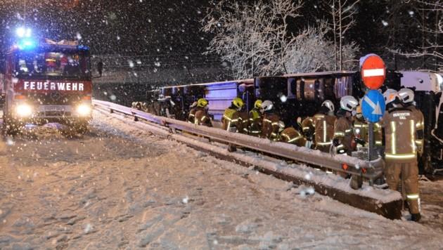 Lkw-Unfall im Schneetreiben in Tirol (Bild: ZOOM.TIROL)