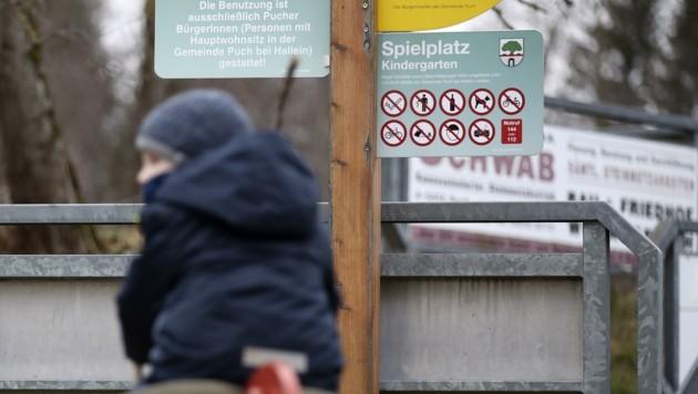 Schaukeln unter der Verbotstafel: Nur noch Gemeindebewohner dürfen die Spielplätze in Puch nutzen. (Bild: Tröster Andreas)