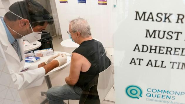 Seit Joe Bidens Amtsantritt als US-Präsident sind mehr als 100 Millionen US-Amerikaner geimpft worden. (Bild: AP)