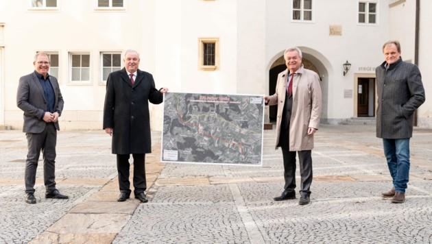 Bgm. Bernd Osprian, LH Hermann Schützenhöfer, LH-Stv. Anton Lang und Bgm. Erwin Dirnberger (v.li.) bekennen sich zum Neubau der B70. (Bild: Land Steiermark/Streibl)