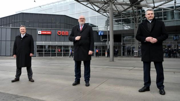 Bürgermeister Michael Ludwig (SPÖ), ÖBB-Chef Andreas Matthä und Innenminister Karl Nehammer (ÖVP) vor der Erweiterung des Bahnhofs am Praterstern in Wien mit der neuen Polizeiinspektion (Bild: APA/ROLAND SCHLAGER)