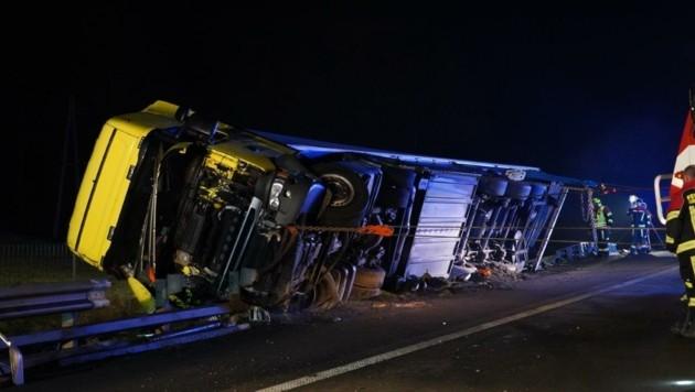 Auf die Leitschiene aufgefahren und umgestürzt – dieser Lkw-Unfall auf der Westautobahn hielt die Einsatzkräfte in der Nacht stundenlang in Atem. (Bild: Einsatzdoku.at)