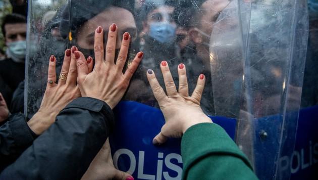 Polizei und Demonstranten gerieten in Istanbul aneinander. (Bild: APA/AFP/BULENT KILIC)