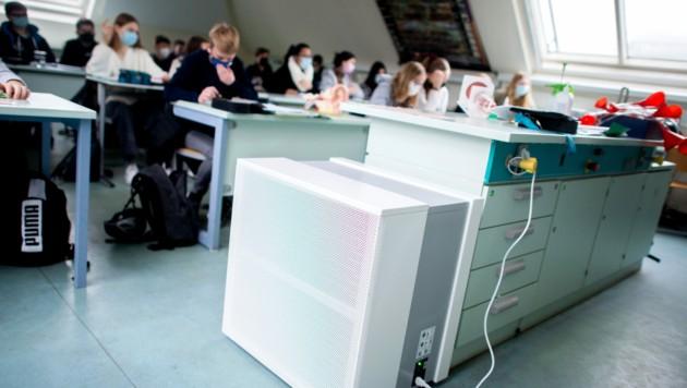 Ein mobiles Luftfiltergerät in einem Schulklassenzimmer (Bild: Hauke-Christian Dittrich / dpa / picturedesk.com)