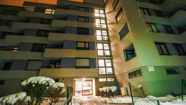 In der Nacht zum Montag kam eine Frau in einem Wohnblock an der Röcklbrunnstraße im Salzburger Stadtteil Schallmoos gewaltsam ums Leben. (Bild: Markus Tschepp)
