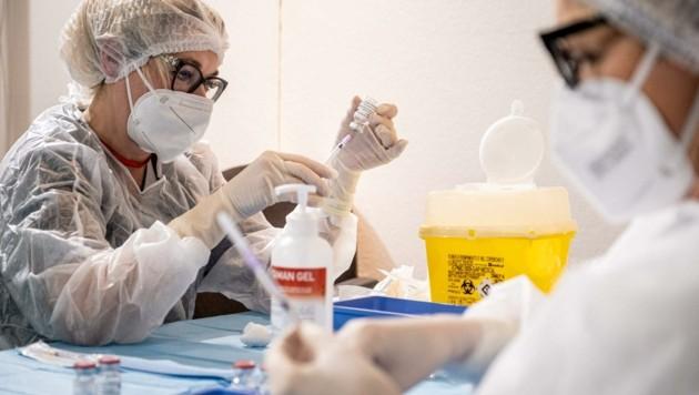 Kein Wunschkonzert: Längere Wartezeiten auf die Impfung regten in Klosterneuburg auf! (Bild: IPA/ABACA)