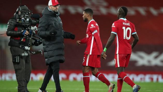 Jürgen Klopp (li.) mit Georginio Wijnaldum und Sadio Mane (re.) (Bild: AFP)