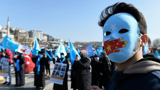 In den umstrittenen Lagern in Xinjiang sollen Uiguren zur Aufgabe ihrer Religion, Kultur und Sprache gezwungen und teilweise auch misshandelt werden - dies führte weltweit zu Protesten. (Bild: AP/Omer Kuscu)