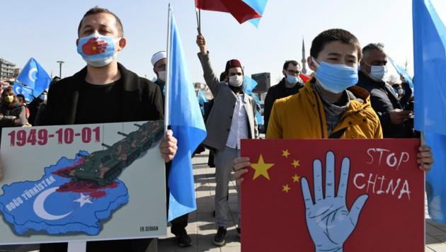 Mitglieder der Volksgruppe der Uiguren protestieren in Istanbul gegen die Unterdrückung ihrer Kultur. (Bild: AP)