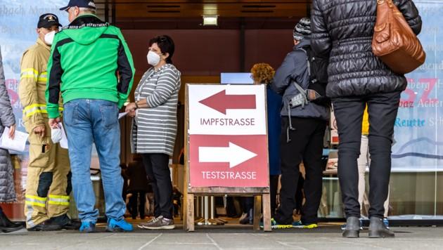 Die Deutschen müssen sich nun entscheiden: Entweder impfen oder sich auf eigene Kosten testen lassen. (Bild: APA/EXPA/JOHANN GRODER)