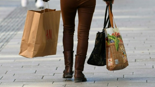 Kommen bald auch Lebensmitteleinkäufe mittels Paketboten? Konsumenten sehen das skeptisch. (Bild: APA/Helmut Fohringer)