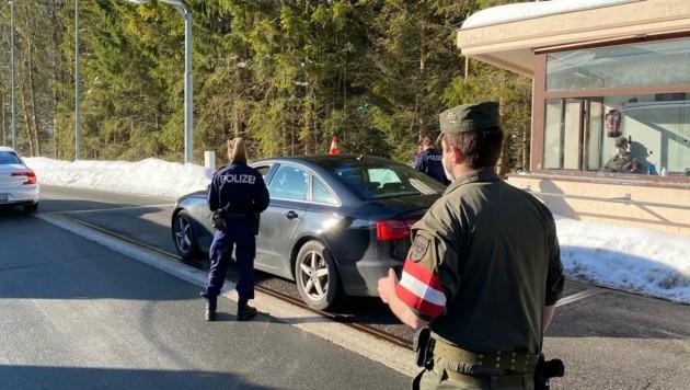 Grenzkontrollen in Achenkirch: Polizisten und Soldaten überprüfen, ob die Regeln zur Einreise nach Tirol erfüllt sind. (Bild: ZOOM.TIROL)