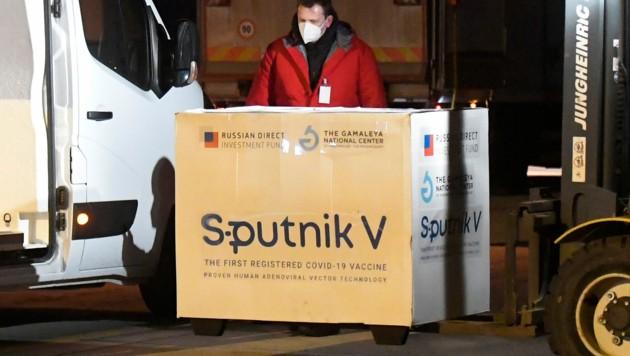 """Sputnik V""-Lieferung am Kosice Airport in der Slowakei am 1. März 2021 (Bild: TASR/AP/Ivan Frantisek)"