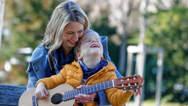 Der 3-jährige Simon ist ein kleiner Sonnenschein und mag es, mit Musikinstrumenten zu spielen. (Bild: Markus Tschepp)
