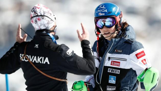Petra Vlhova im Gespräch mit ihrem Coach Livio Magoni (Bild: AP)