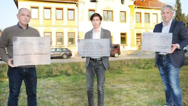Adl, Lackenberger und Gemeinderat Bernhard Wiehalm (v. li.) wollen den Abriss des Hauses verhindern, bevor es zu spät dafür ist. (Bild: Crepaz Franz)