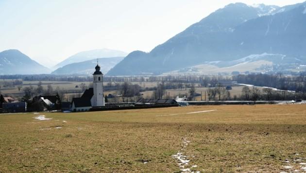 Auf dieser Wiese in Niederhofen bei Stainach wird bis 2027 das neue Spital gebaut. (Bild: Sepp Pail)