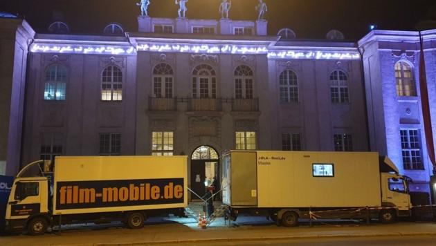 """""""Action"""" hallt es derzeit aus dem Konzertsaal der Stiftung Mozarteum. Der Dreh für den Kinofilm """"The Magic Flute"""" erregt auch vor dem Gebäude in der Schwarzstraße Aufsehen. (Bild: Rainer Heneis)"""