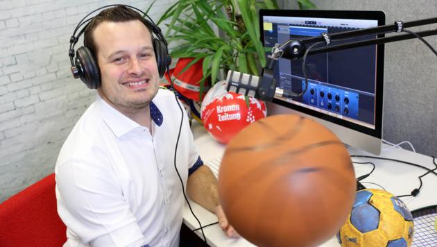 """Patrick Jochum moderiert die Podcast-Sendung der """"Kärntner Krone"""", die ab sofort jede Woche auf krone.at/kaernten sowie auf Spotify, Amazon Music und überall, wo es Podcasts gibt, ausgestrahlt wird. Die erste Folge ist übrigens seit heute online. (Bild: Evelyn HronekKamerawerk)"""