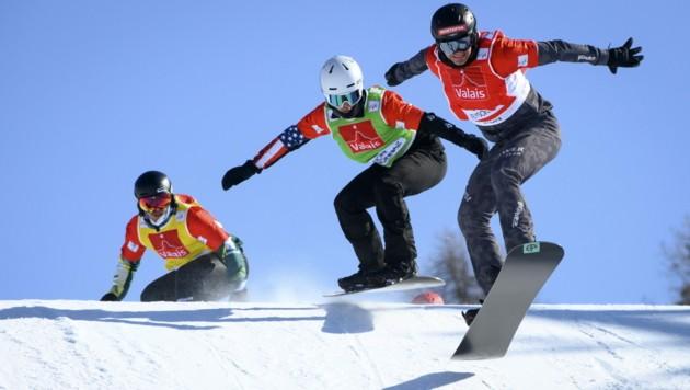 Darf Snowboardcross-Superstar Alessandro Hämmerle (re.) 2027 in seiner Montafoner Heimat den WM-Titel jagen? (Bild: EPA)