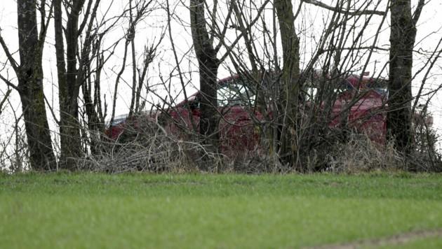 Das Auto, in dem die Opfer gefunden wurden (Bild: APA/Roland Schlager)