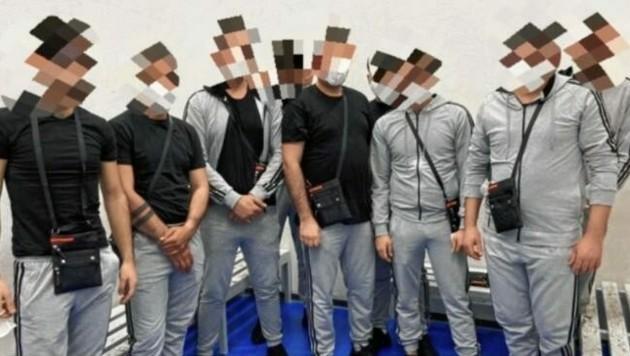 """Trotz Team-Outfit und Reisepässen flogen die """"Volleyballer"""" auf. (Bild: Polizei)"""