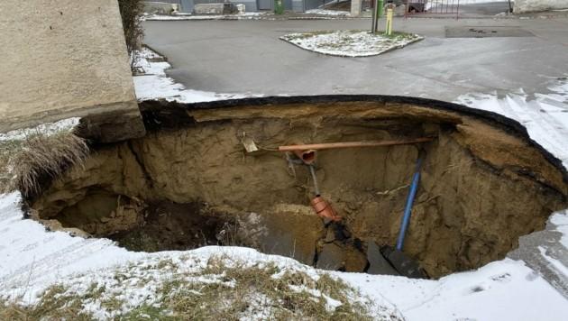 An zahlreichen Stellen gab die Straße nach, mittlerweile wurden viele unterirdische Kellerröhren mit Beton aufgefüllt. (Bild: Freiwillige Feuerwehr Palterndorf)