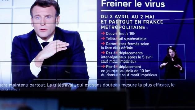 Frankreichs Präsident Macron verkündet die strengen Regeln. (Bild: AP)