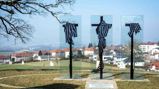 Drei Kreuze mit Häftlingskleidung von Herbert Friedl bilden die letzte Kreuzwegstation in Wartberg ob der Aist im Mühlviertel und erinnern an die Verfolgung und Ermordung Hunderter geflüchteter KZ-Häftlinge. (Bild: Einöder Horst)