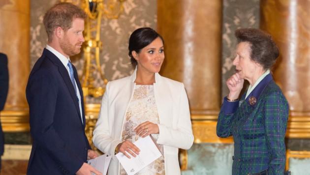 Prinz Harry und Herzogin Meghan mit Prinzessin Anne (Bild: AFP)