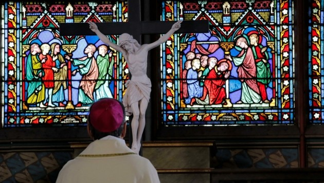Seit dem Brand gab es nun die erst dritte Messe in Notre Dame. (Bild: APA/AFP/POOL/Christophe Ena)