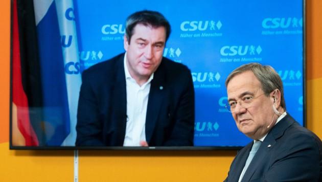 Armin Laschet (re.), und Markus Söder rittern um Merkels Erbe. (Bild: AFP)