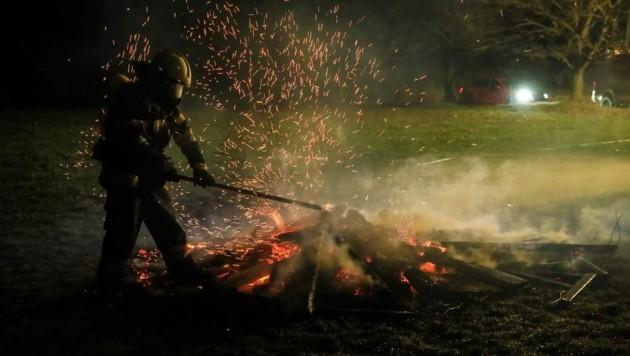 Gleich zweimal musste die Feuerwehr ausrücken, jemand hatte die Haufen fürs Osterfeuer entzündet (Bild: Thomas Zeiler)