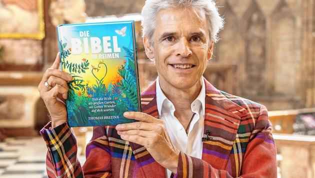 """Mammutwerk: Die """"Bibel in Reimen"""" hat 368 Seiten, ist bunt illustriert und wiegt 1,2 Kilo. (Bild: Andreas Tischler/Vienna Press)"""