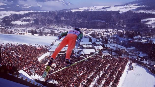 Skisprung-Legende Andreas Goldberger segelt vor 25.000 Zuschauer Fans in Bischofshofen in Richtung K-Punkt (Bild: Honorar)